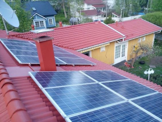 aurinkopaneelit vastapestyillä katoilla